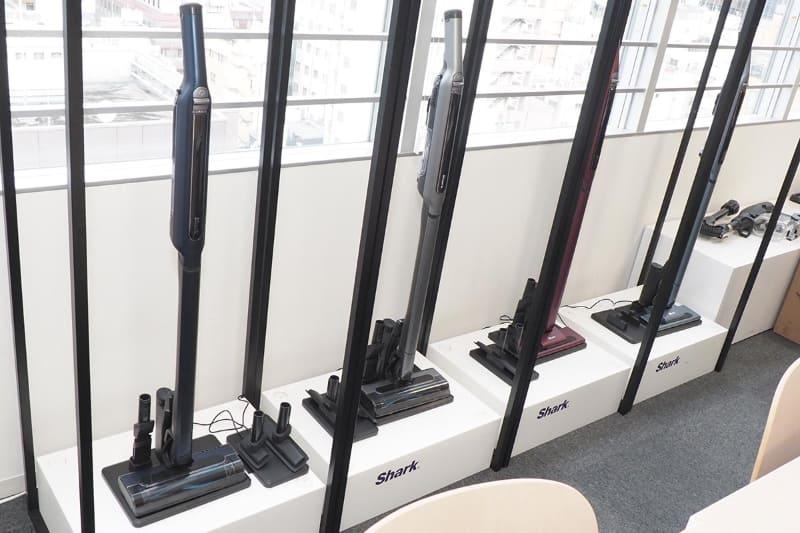 左からマルチフロア対応「CS401J」(ロイヤルブルー/メタリックグレイ)、フローリング専用「CS200J」(ルビーレッド/ノルディックブルー)。シャークニンジャのオフィス(東京・港区)には、他にも様々なプロトタイプがあり、常に開発や改良が続けられているのが分かる