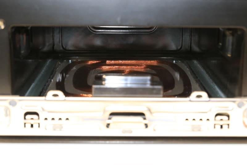 上からは平面の遠赤外線ヒーター、下からはIHにより鉄板を面で加熱する方式へ。火力調整が自由にできるので、カチカチに凍った冷凍肉を入れても美味しく調理できる