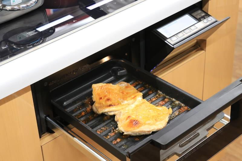 凍ったもも肉を調理しても、皮はパリパリ、中はジューシーなもも肉ステーキのできあがり