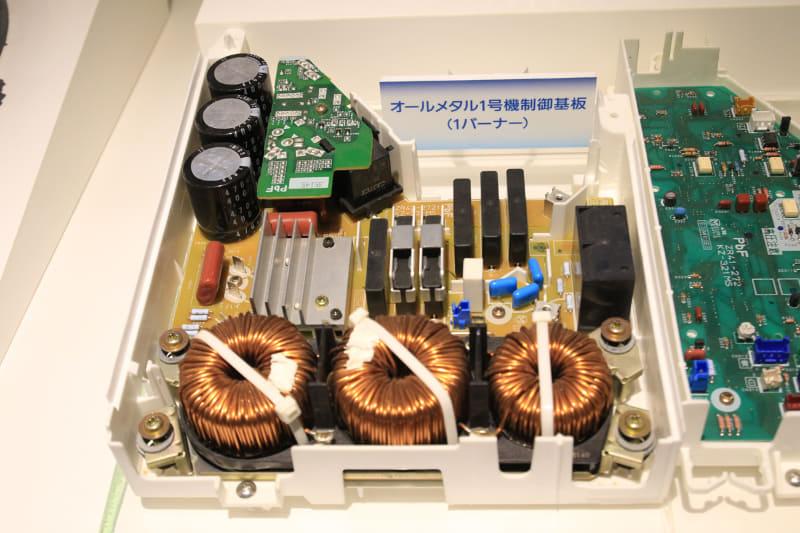 2枚の基板で1口用の「3倍高周波共振インバータ回路」。IHクッキングヒーターの上部には、ガスコンロの排熱口のようなものがあるが、半分はグリルの排熱口で、もう半分はヒートシンクを冷やす冷気の吸気口になっている。右奥の欠けた部分にシロッコファンを付け冷却する