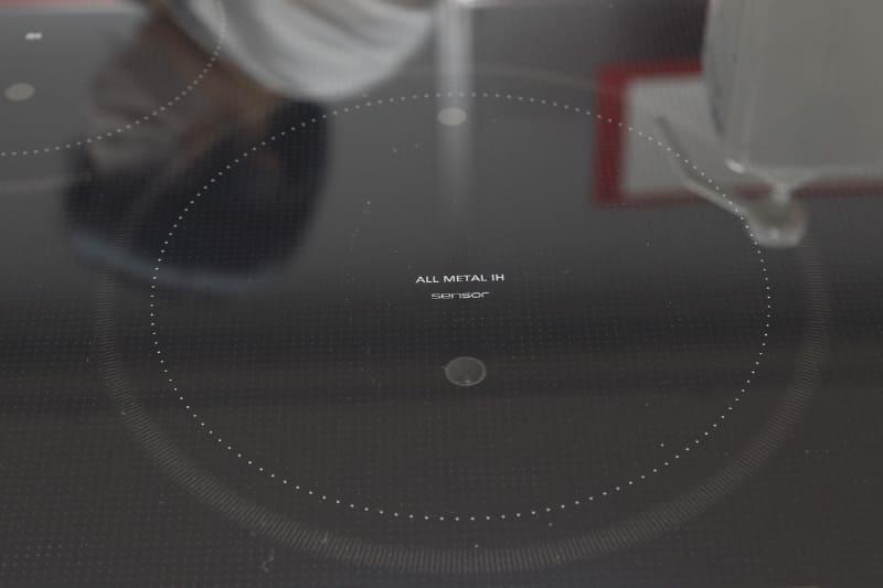 実際にはコンロに2つの小さな覗き穴のようなものがあり、奥は接触型のサーミスタ温度計、手前は非接触のサーモグラフィタイプの温度計が内蔵されている