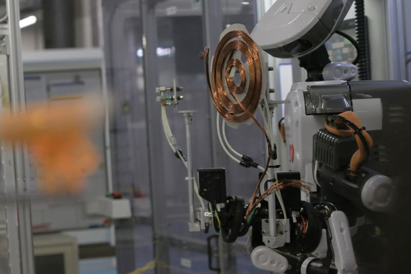 人と共同作業でコイルを作るロボットも導入されていた