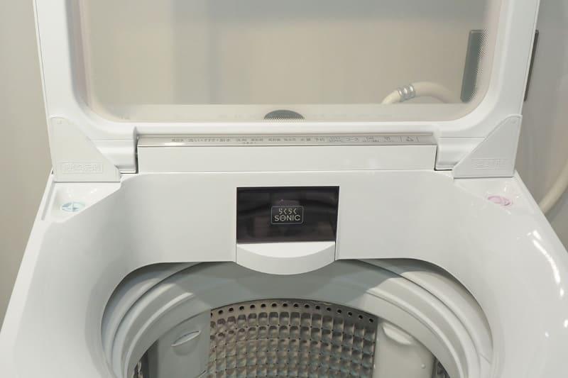 洗濯機本体に超音波部分洗浄機「らくらくSONIC」を搭載。トレイを引き出すだけですぐに使える