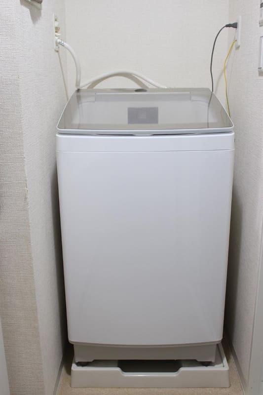 ゆとりがあるとはいえないが、狭く見えるわが家の洗濯機置き場にも収まった。足元を見ると、確かに防水パンに合わせて狭くなっている