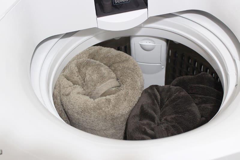 ボリュームあるアクリル毛布(シングル)でも2枚同時に洗える。実際使ってみると、6kgの洗濯機時代に比べて、このことだけでも大容量でよかった……と実感する