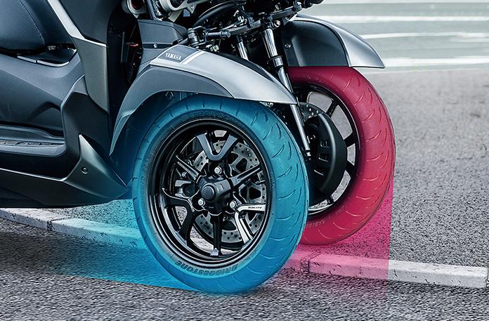 ヤマハLMWテクノロジーでは、フロント2輪にそれぞれ片持ちサスペンションがあり、左右タイヤが独立して上下に動きます。これにより、進行方向に沿った段差があって車体が傾かず安定して走行できます
