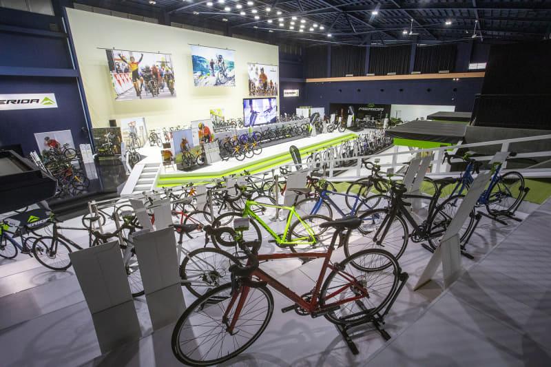 MERIDA X BASEの全景。クロスバイク、MTB、ロードバイクなどメリダのほぼ全車を展示。100万円超えのモデルもレンタルができる。数日借りることもできるので、伊豆を回るロングツーリングで利用する人も多いという