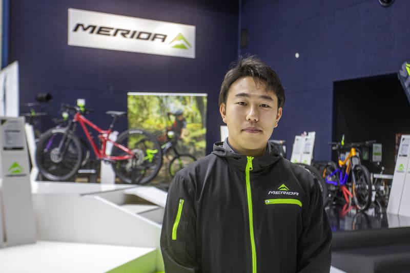 MERIDA X BASEで対応してくれたのはメリダジャパン株式会社 ブランドマネジメント部の吉本 恭一朗氏。筆者の超初心者的質問にもていねいに返答して頂いた。スポーツタイプのe-bikeは身体に合ったものを選ぶことが重要だし、それぞれの特徴を知ることも大事なので、知りたいことはMERIDA X BASEのスタッフにどんどん質問したい