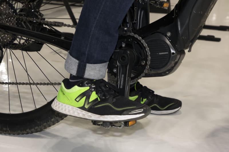 ペダルに足を乗せただけで進んでしまう電動アシスト自転車もあるが、シマノ製ドライブユニットは、漕ぎ出す動作に応じて自然なトルクが出るのでアシストに違和感は感じなかった