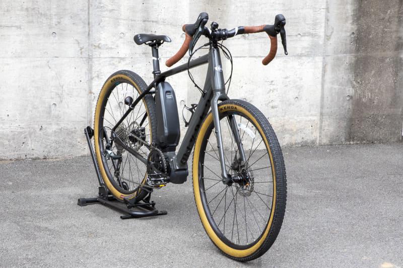 アルミフレームで重量は18.1kgとなっている。650B×45Cタイヤを装着していてオフロード走行も可能なグラベルロードタイプのe-bike