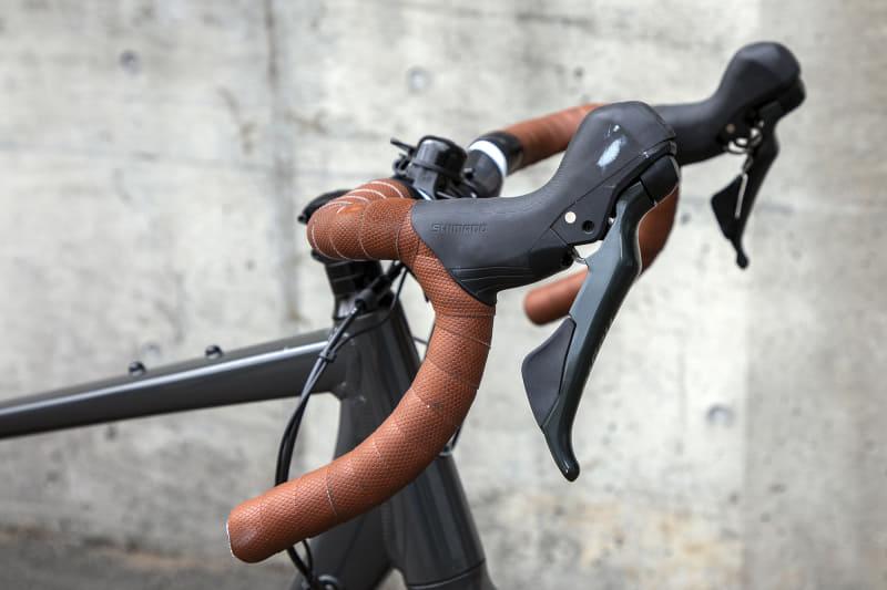 グラベルロードバイクはロードバイクよりハンドル位置が高いというが、慣れていない身体では前傾気味に感じる。グリップ部はハンドルの先端なのでよけいにそう感じたのかもしれないが、これもきっと慣れていくはずだ
