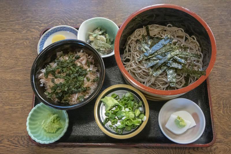 修善寺駅前のお蕎麦屋さんでわさびそばとわさび丼のセットをいただく。わさび丼は、ごはんに鰹節が乗っていてそこにすり下ろしたわさびを乗せ、醤油を垂らしてかき混ぜて食べるもの。初めて食べたがとても美味しい
