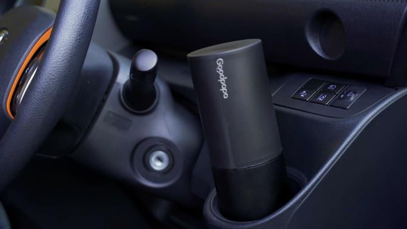 車のドリンクホルダーに収まるコンパクトサイズ