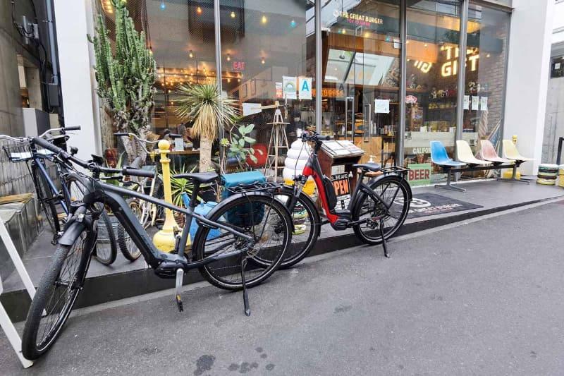 自転車はお店の前に置かせてもらいました。アメリカンな店内がかわいい!