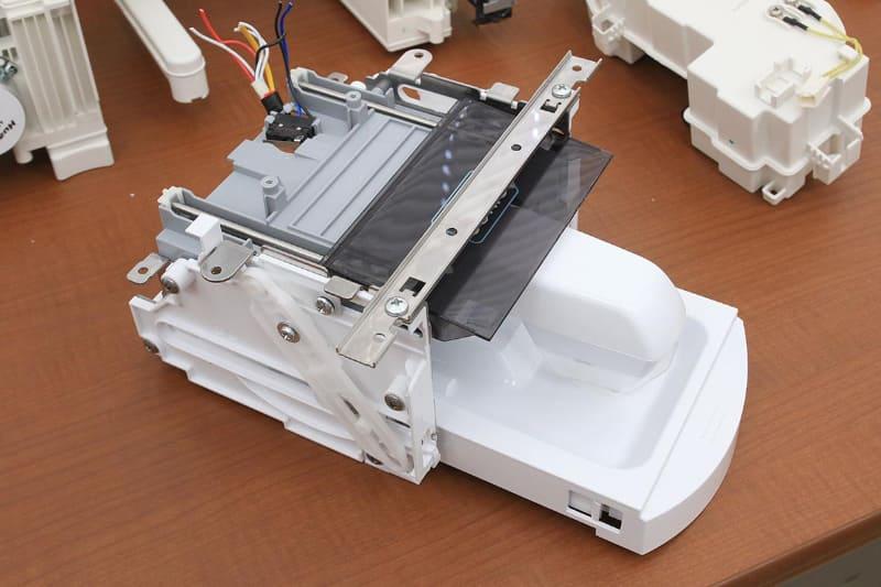 頑丈に作られている超音波部分洗浄機。トレーのレール部にも金属を使って強度を高めた