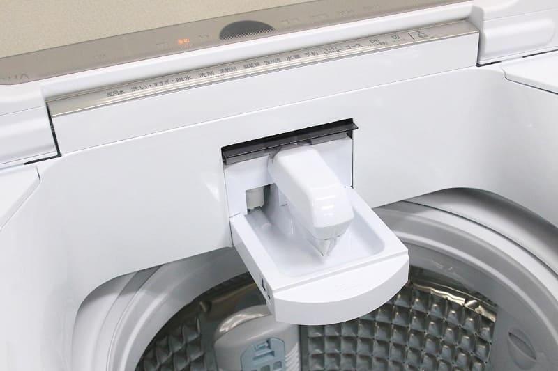 フタを閉めた状態はもちろん、フタを開けた状態でもボタンが操作でき、さらにガラスの向こうのインジケーターも見えるようになっている