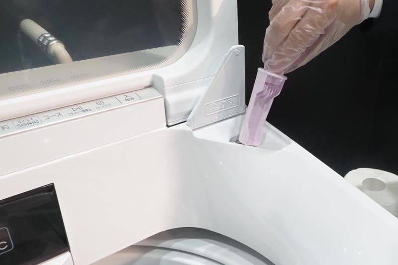 洗剤と柔軟剤を入れるタンクをお手入れするには、フィルターを取り外して洗う(写真は柔軟剤タンク部)。あとは自動洗浄におまかせ!