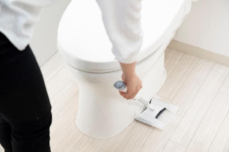 トイレ用フロアワイパーは、腰などに負担がかかりにくい