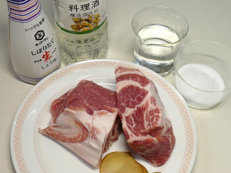 チャーシュー2人分の材料は、豚もも肉/しょうがスライス。調味料として、しょうゆ/砂糖/酒/水