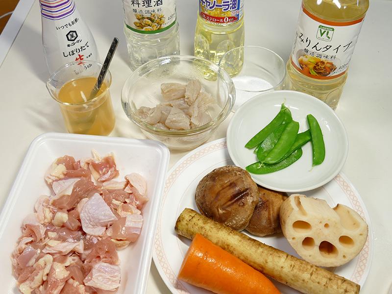 筑前煮4人分の材料は、鶏もも肉/れんこん/ごぼう/にんじん/こんにゃく/しいたけ/サラダ油/砂糖/しょうゆ/さけ/みりん/だし汁/チンしたさやえんどう