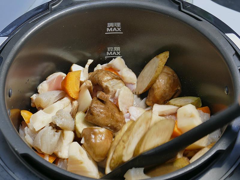 [予熱]が終わったら、なべにさやえんどう以外の具材を入れ炒める