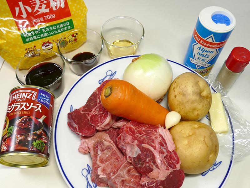 無水ビーフシチュー4人分の材料は、牛肉(角切り肉)/じゃがいも/にんじん/玉ねぎ/にんにく/赤ワイン/しょうゆ/みりん/バター/デミグラスソース