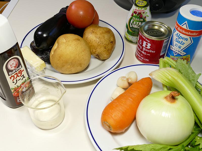 無水ベジタブルカレー4人分の材料は、玉ねぎ/セロリ/にんじん/にんにく/なす/じゃがいも/トマト/塩/カレー粉/オリーブ油/ウスターソース/酒/バター