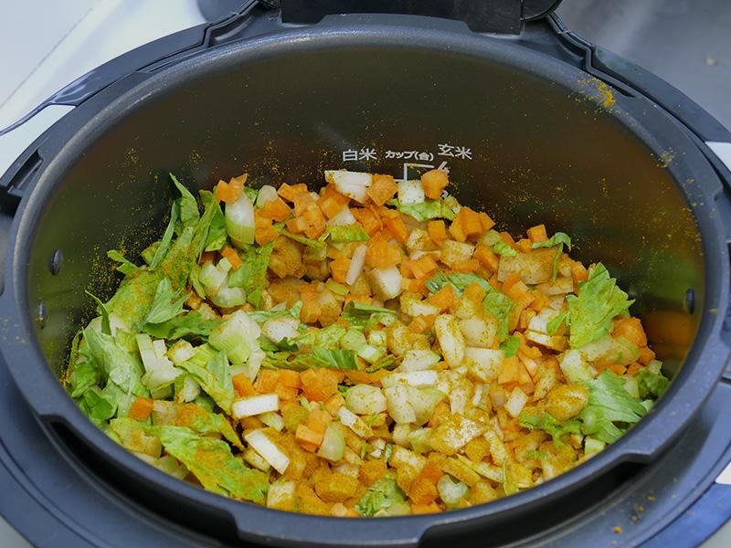 [予熱]が終わったら、みじん切りにした玉ねぎ、セロリ、にんじん、にんにくを、塩とカレー粉、オリーブ油で炒める