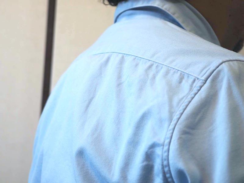 専用シャツの上からワイシャツを着たところ。この時点でレオンポケットの存在は分からない