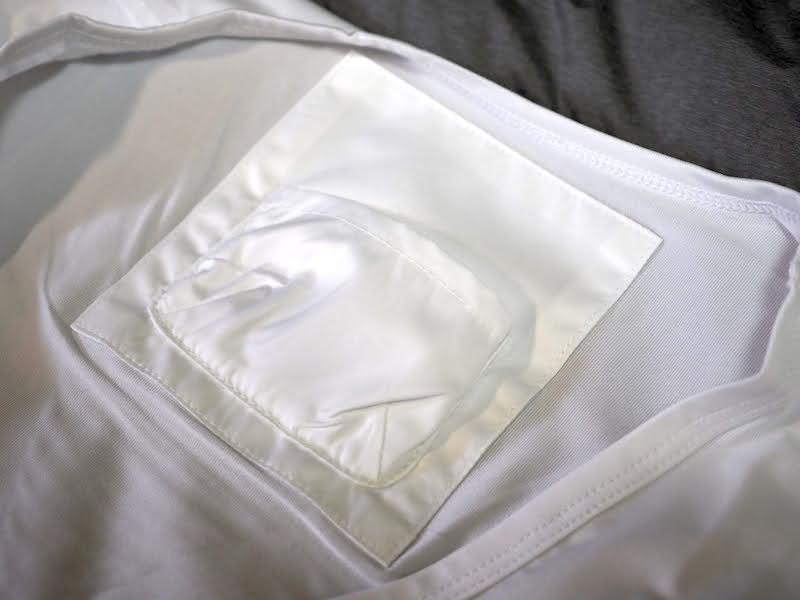 専用シャツの襟もとにあるポケット