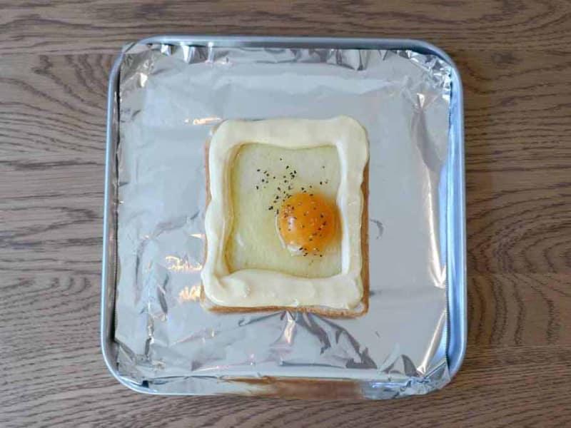 マヨネーズの土手を作り、卵を割り入れます