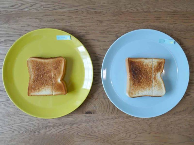 ムラなく焼けたビストロ(左)と比べ、一般的なトースター(右)は少し焦げてしまった