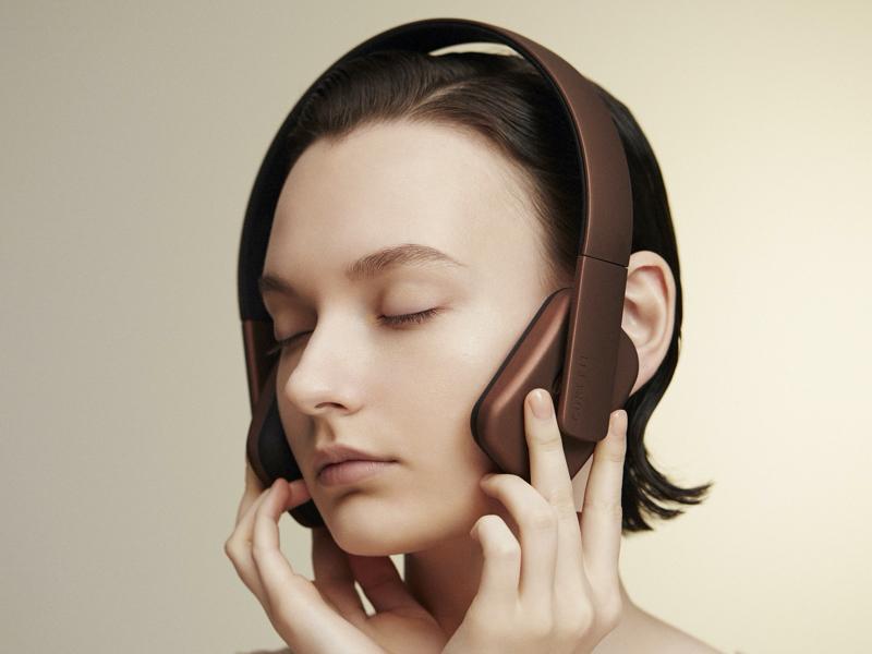 ヘッドフォンをつけるように頭にヘッドバンドを装着