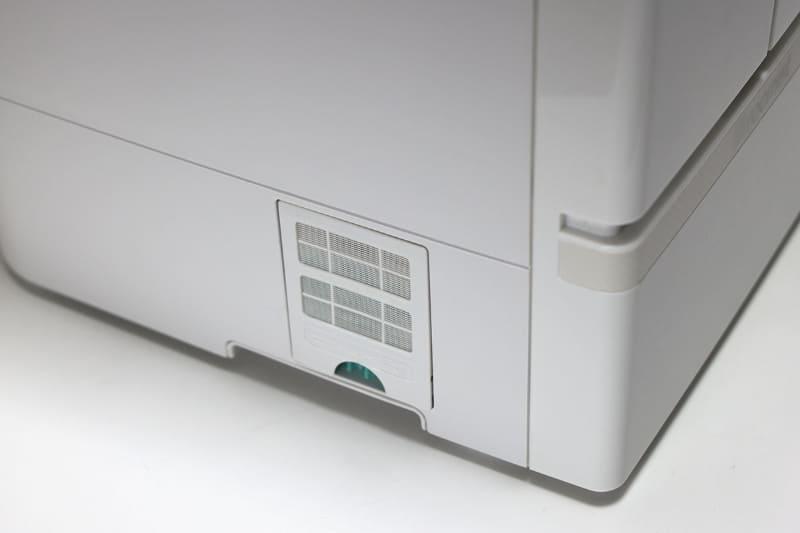 本体左下の空気吸込口にはBIOフィルターをセット可能。細菌・カビ・ウイルスの細胞壁(タンパク質)に作用して抑制するとのこと。フィルターは消耗品で交換できます。またこの部分には部屋の温度と湿度をチェックするWセンサーが搭載されています