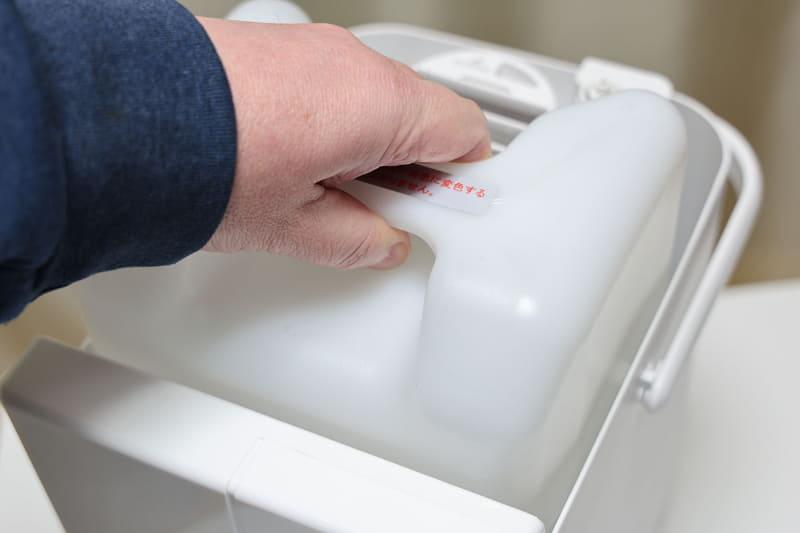 上部を握って水タンクだけを取り外せます。タンクのキャップにはイオンフィルターが装着でき、これにより水道水に含まれるミネラル分が約6カ月間抑制され、加熱筒へのスケール付着(後述)を低減できるとのこと。イオンフィルターは付属していますが、これは消耗品なので1シーズンで交換する必要があると思います。なお、イオンフィルターは装着しなくても使えます