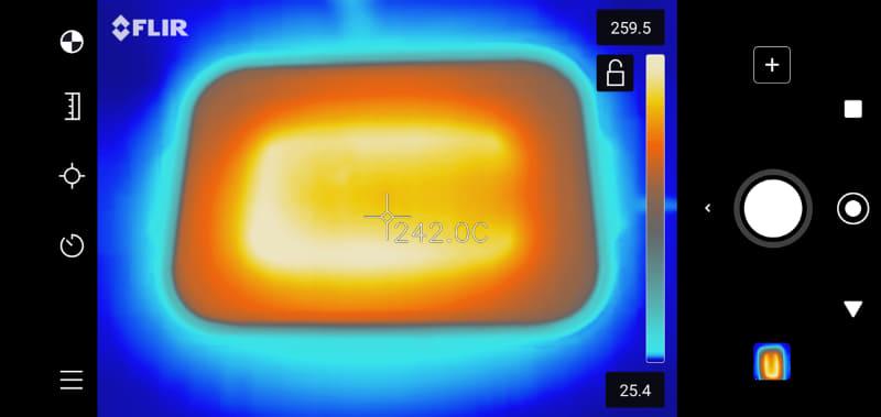 一般的なホットプレートのサーモカメラ画像。この機種では「C」字型(写真の白い部分)に入っているシーズヒーターの下だけ、過度に熱くなってしまう。大きなプレートだと「W」字型になっている製品も