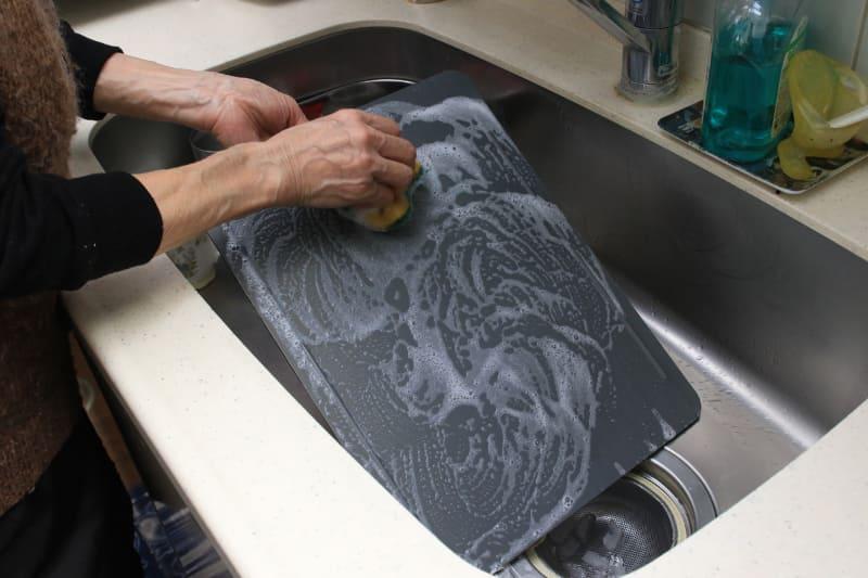 プレートは、足を外せば丸ごと水洗いできる
