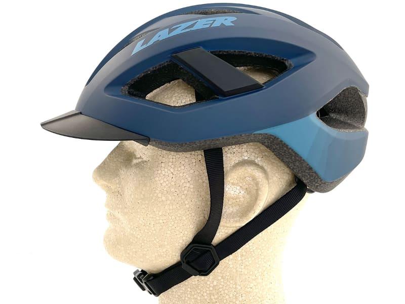 まずはヘルメットを頭部に固定するためストラップやバックル。ストラップの構造は至って普通です