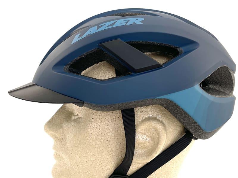ヘルメット前方のバイザー(つば)の部分は3つの突起で留められていて、簡単に脱着できます。バイザー装着時はヘルメットにピッタリ付いていますが……
