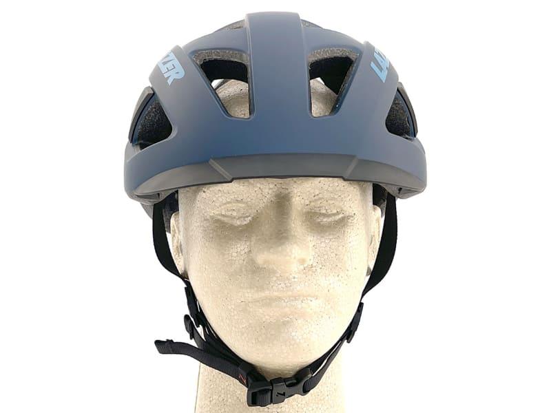 LAZER CAMELEONを前から見た様子。写真のマネキンはヘルメットサイズに対してやや小さいので「キノコっぽい感じ」が少しします。ですが、実際に頭にフイットするサイズをかぶった時の見栄えは自然で、「ヘルメット左右が妙に出っ張っている」という印象は受けません