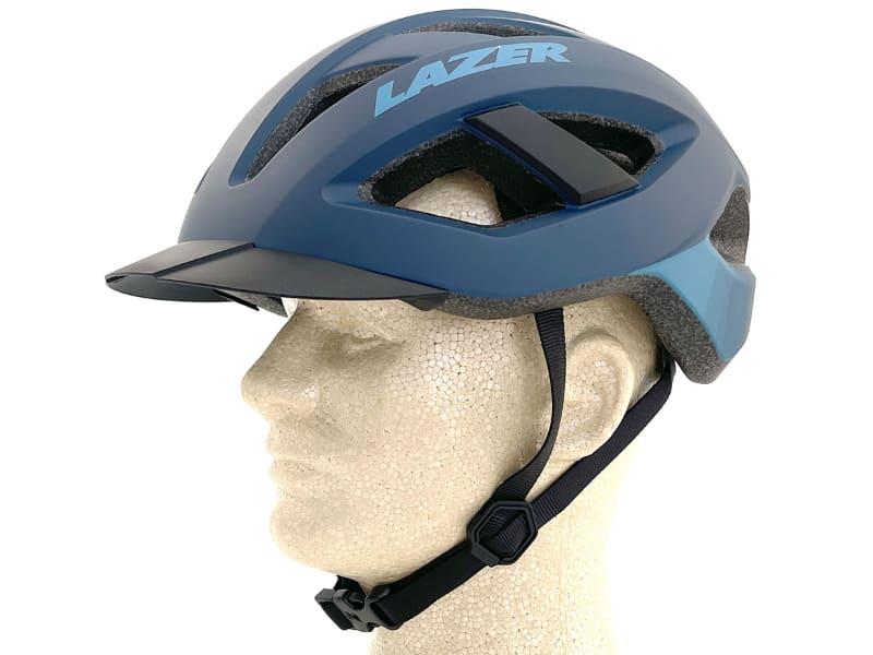 斜め横から。いわゆる「シュッとした感じ」のヘルメットですね