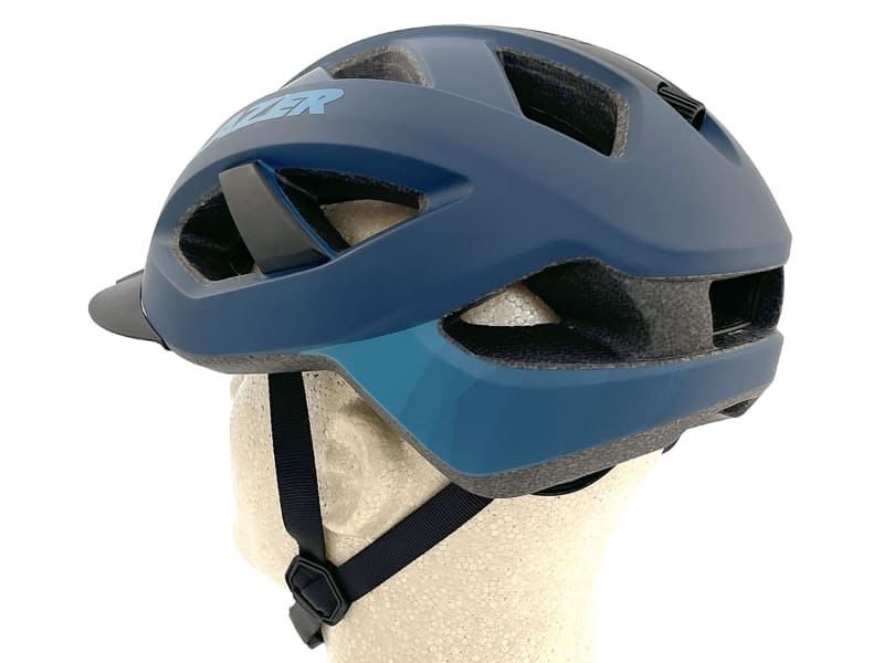 帽体には13個のベンチレーション(空気を通す穴)があり、実際にスポーツ走行で使ってみると頭部の冷却効果も十分あると感じられます