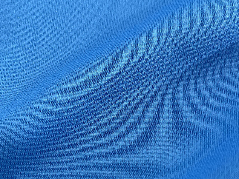 e-bike部Tシャツの生地の表。オールシーズンで使えそうな軽い素材で、速乾性に優れています。表面のさらりとした肌触りもいい