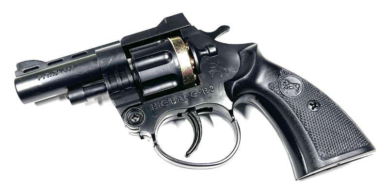 """購入したピストル。横に「BIG BANG-R3」とあります。銃身には「PYTHON 357」とあります。<a href=""""https://www.amazon.co.jp/dp/B004BDXCKC/"""" class=""""n"""" target=""""_blank"""">Amazonでは450円で売られています</a>"""