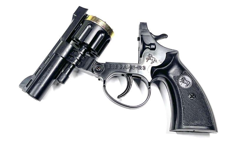 このピストル、銃身下の棒の部分を前に引くと、こんなふうに開きます