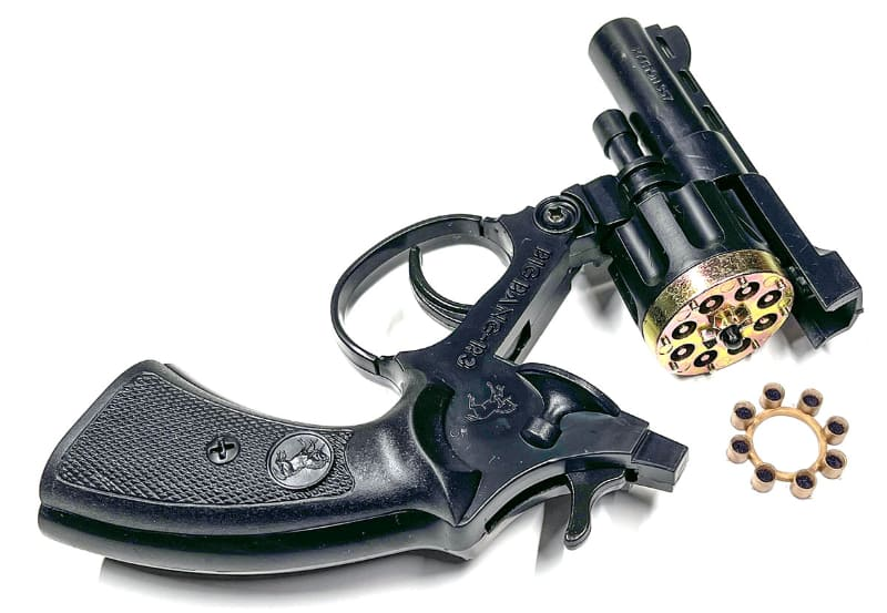 ピストルを折って火薬を入れます