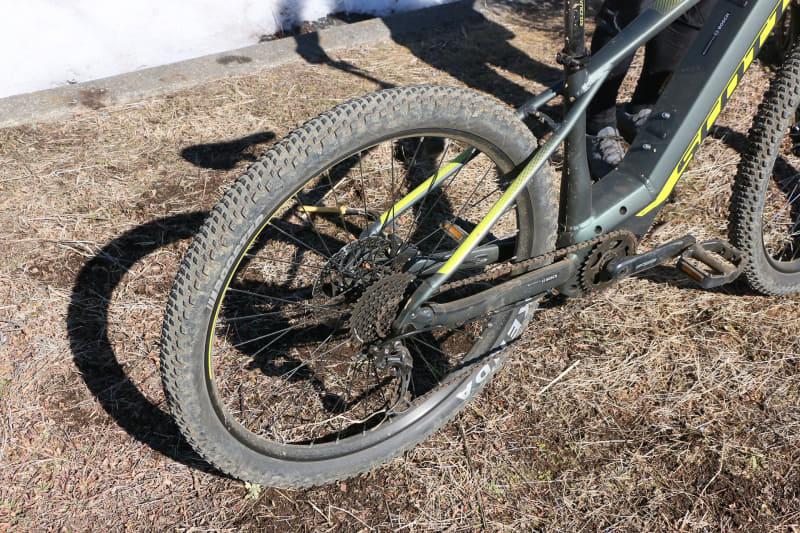 タイヤは前後とも29インチで幅は2.6インチと結構太め。ただ、ノブの低いタイヤなので舗装路を走る際も抵抗は少なそう