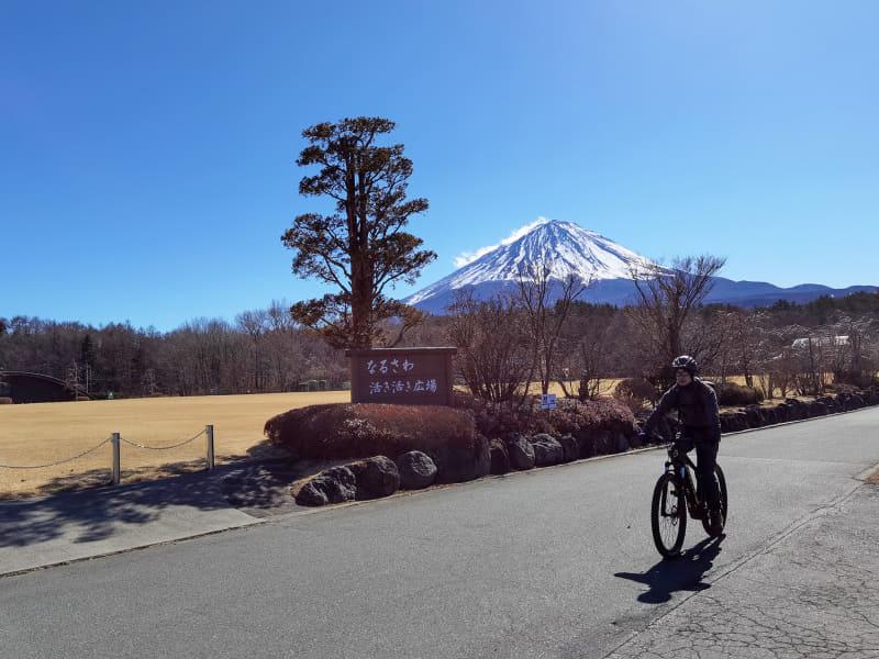 富士山を背景に出発。スタートは舗装路です