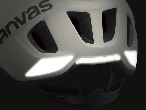 夜間に役立つリフレクター。ライトを反射しドライバーに存在をアピール