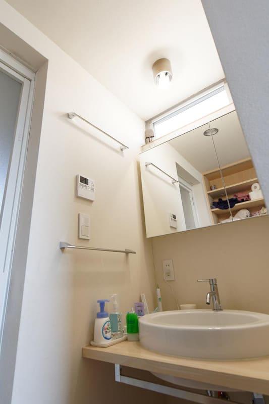 人感センサー付きのスマートLED電球を、洗面所など一時的にしかいない部屋の照明に使ってみた。切り忘れを防げるので節電にもつながりそうだ